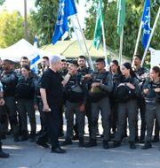 Benjamin Netanyahu hälsar på israeliska soldater. Yuval Chen / TT NYHETSBYRÅN
