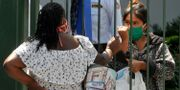 Kvinnor i munskydd i staden Guayaquil JOSE SANCHEZ LINDAO / TT NYHETSBYRÅN