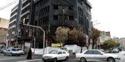 En  byggnad som sattes i brand under protesterna i Teheran i Iran.  Ebrahim Noroozi / TT NYHETSBYRÅN