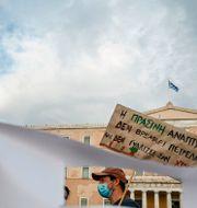 Protester i Grekland mot att ett förslag att riva upp regler för oljeprospektering.  ARIS MESSINIS / TT NYHETSBYRÅN