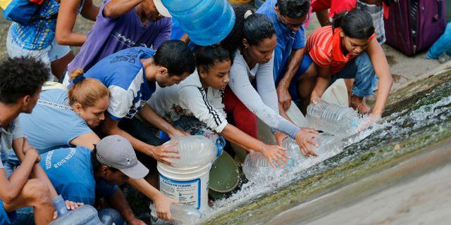 Vatteninsamlande i Caracas. Fernando Llano / TT NYHETSBYRÅN/ NTB Scanpix