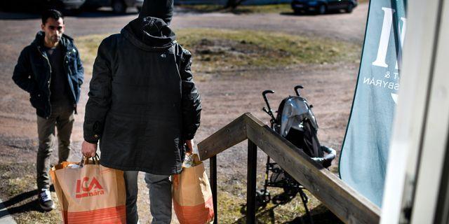 Matkassar delas ut till flyktingar i Hultsfred. Kommunen ansåg att arbetsbelastningen hade blivit allt mer ohållbar. Pontus Lundahl/TT / TT NYHETSBYRÅN