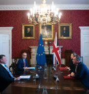 Storbritanniens David Frost och EU:s Maros Sefcovic under mötet i London på onsdagen.  Eddie Mulholland / TT NYHETSBYRÅN