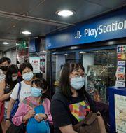 Spelentusiaster köar i Hongkong under fredagen. Kin Cheung / TT NYHETSBYRÅN