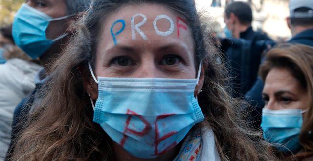 En lärare demonstrerar i Paris.  Michel Euler / TT NYHETSBYRÅN