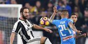 Gonzalo Higuain och Napolis Lorenzo Insigne kämpar om bollen. Alessandro Di Marco / TT / NTB Scanpix