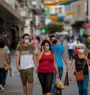 Personer med munskydd i Madrid. Manu Fernandez / TT NYHETSBYRÅN