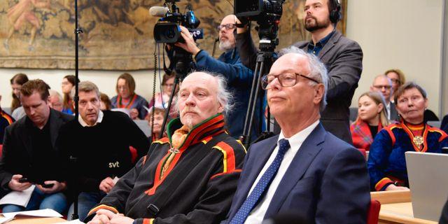 Matti Blind Berg, Girjas samebys ordförande,och Peter Danowsky, Girjas advokat, lyssnar på pressträffen. Anders Wiklund/TT / TT NYHETSBYRÅN