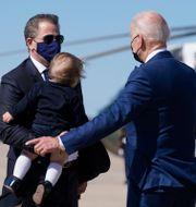 Hunter och Joe Biden den 26 mars i år. Patrick Semansky / TT NYHETSBYRÅN