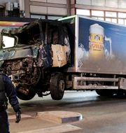Lastbilen bärgas bort efter att den dragits ut från Åhléns på Drottninggatan i Stockholm. Arkivbild. Maja Suslin/TT / TT NYHETSBYRÅN
