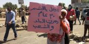 Kvinna protesterar mot styret i Sudan. STRINGER / AFP