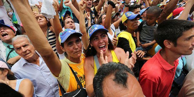 Anhängare samlas för att lyssna på oppositionsledaren Juan Guaidó.  TT