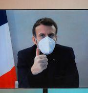 Macron deltar i en videokonferens från sitt residens Charles Platiau / TT NYHETSBYRÅN