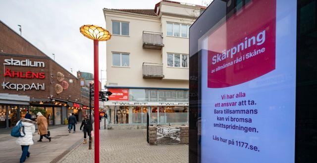 Skylt om skärpta råd på en gata i Malmö.  Johan Nilsson/TT / TT NYHETSBYRÅN