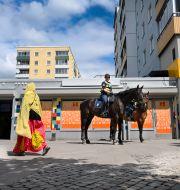 Ridande poliser i Husby. Anders Wiklund/TT / TT NYHETSBYRÅN