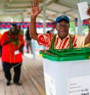 En man röstar i folkomröstningen som nyligen genomfördes. Post Courier / TT NYHETSBYRÅN