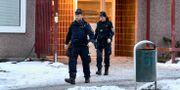 Arkivbild: Poliser lämnar en bostad där en kvinna misstänkts ha mördats i Sigtuna kommun i januari i år. Claudio Bresciani/TT / TT NYHETSBYRÅN