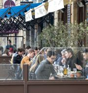 Människor på uteservering i Bretagne. MEHDI FEDOUACH / TT NYHETSBYRÅN