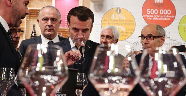 Arkivbild: Frankrikes president Emmanuel Macron smakar på vin vid jordbruksmässan i Paris tidigare i våras.  Christophe Petit tesson / TT NYHETSBYRÅN