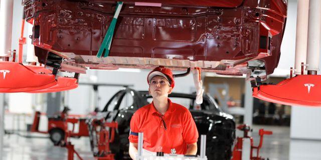 Arkivbild: En anställd arbetar på Teslas Model S i fabriken i Fremont.  Paul Sakuma / TT NYHETSBYRÅN