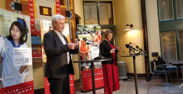 LO-ordföranden Susanna Gideonsson och avtalssekreterare Torbjörn Johansson kommenterar på fredagen LAS-förhandlingarna med Svenskt Näringsliv. Niklas Svahn/TT / TT NYHETSBYRÅN