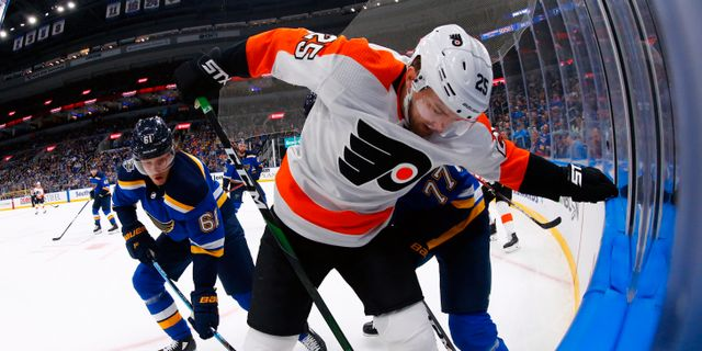 Philadelphia Flyers forward James van Riemsdyk och  St. Louis Blues svenske forward Jacob De La Rose Dilip Vishwanat / TT NYHETSBYRÅN