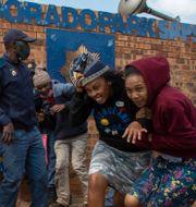 Demonstranter drabbar samman med polis i Eldorado Park. Themba Hadebe / TT NYHETSBYRÅN