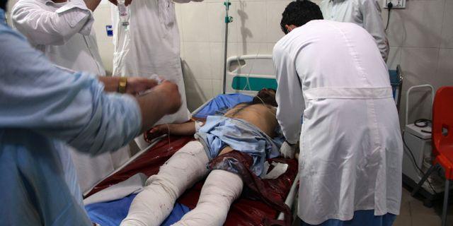 En skadad man får vård efter dagens attack. TT NYHETSBYRÅN