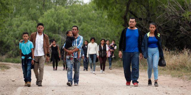 Migranter på väg mot USA. Eric Gay / TT NYHETSBYRÅN/ NTB Scanpix