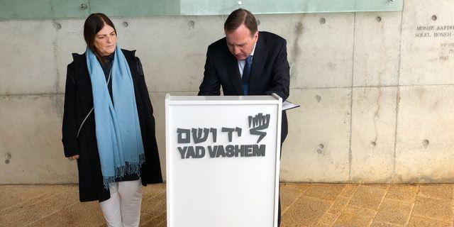 Stefan Löfven skriver i minnesboken på Yad Vashem över de 1,5 miljoner barn som mördades under Förintelsen. Owe Nilsson/TT / TT NYHETSBYRÅN