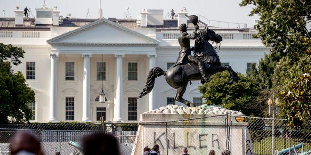 Statyn av USA:s tidigare president Andrew Jackson framför Vita Huset. Andrew Harnik / TT NYHETSBYRÅN