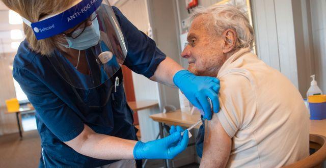 88-årige Gösta Pettersson får sin första dos av Pfizers vaccin mot covid-19 i Sollentuna utanför Stockholm. Fredrik Sandberg/TT / TT NYHETSBYRÅN