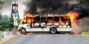 En buss brinner i Culiacan efter striderna i natt. JESUS BUSTAMANTE / TT NYHETSBYRÅN