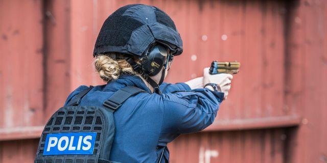 Kvinna övar vid polishögskolan i Sörentorp.  Lars Pehrson/SvD/TT / TT NYHETSBYRÅN