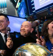 Arkivbild: Tencent Music Entertainments ordförande Tao Sang Tong, tillsammans med bland annat NYSE-chefen Stacey Cunningham vid Tencents notering i New York Mark Lennihan / TT NYHETSBYRÅN