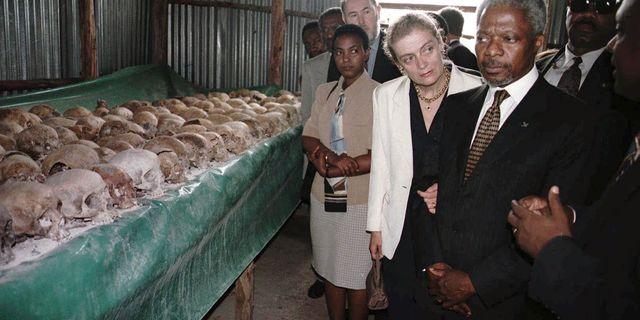 Kofi Annan på plats i Rwanda 1998. Brennan Linsley / TT / NTB Scanpix