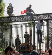 Tunisiska soldater vaktar parlamentet. Hedi Azouz / TT NYHETSBYRÅN