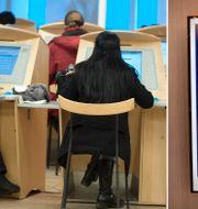 Illustrationsbild på jobbsökande på Arbetsförmedlingen. TT
