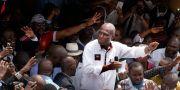 Martin Fayulu omringad av sina anhängare under ett kampanjmöte. Jerome Delay / TT NYHETSBYRÅN/ NTB Scanpix