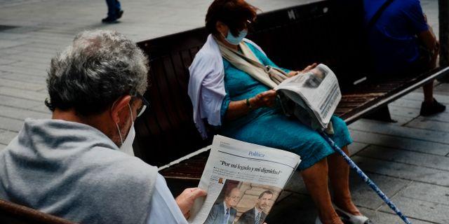 Invånare i Pamplona i norra Spanien läser dagstidningar om Juan Carlos idag. Alvaro Barrientos / TT NYHETSBYRÅN