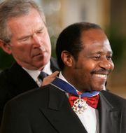 President George Bush och Paul Rusesabagina 2005/Arkivbild. LAWRENCE JACKSON / TT NYHETSBYRÅN