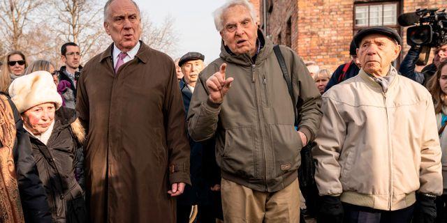 Ronald Lauder (tvåa från vänster) och överlevarna David Marks och David Lenga. WOJTEK RADWANSKI / AFP