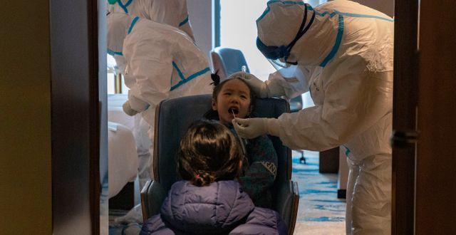 Arkivbild: Barn testas för covid-19 i Wuhan i mars. Ng Han Guan / TT NYHETSBYRÅN