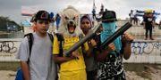 Pojkar poserar med en hemmagjord mörsare under de regeringskritiska protesterna. INTI OCON / AFP