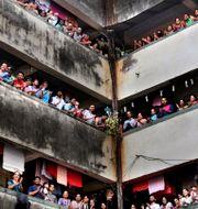 Boende i Bombay klappar i händerna för att visa uppskattning för vårdpersonalen.  Rafiq Maqbool / TT NYHETSBYRÅN