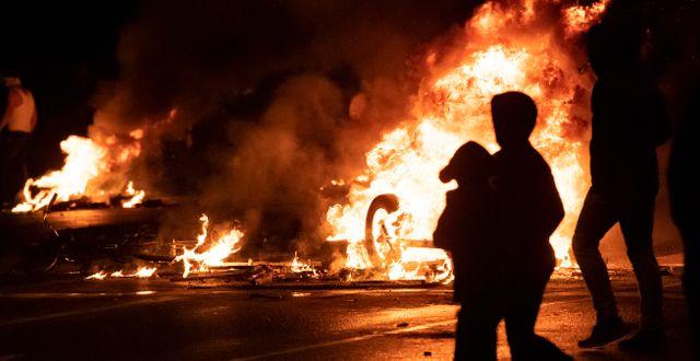 Barrikaders satten i brand under upploppet. TT / TT NYHETSBYRÅN