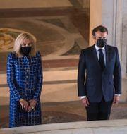 President Emmanuel Macron och hans fru Brigitte Macron står vid Napoleons grav under en ceremoni på onsdagen.  Christophe Petit Tesson / TT NYHETSBYRÅN