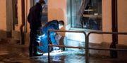 Polisens kriminaltekniker vid baren i Ängelholm som utsattes för ett attentat. Johan Nilsson/TT / TT NYHETSBYRÅN