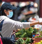 Invånare i Melbourne passade på att handla mat på söndagen, timmar före stadens utegångsförbud började gälla.  Erik Anderson / TT NYHETSBYRÅN
