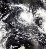 Yasa syns som en virvel uppe till höger på Nasas satellitbilder TT NYHETSBYRÅN